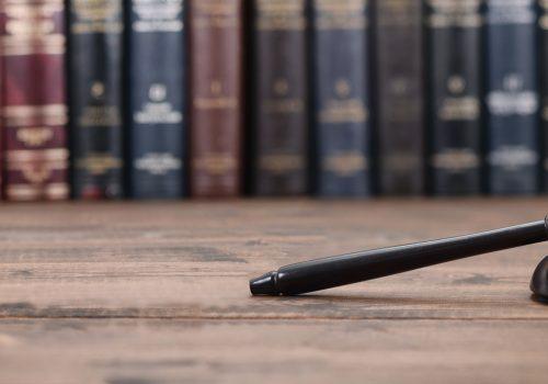 ¿Cuál es la relación directa entre la privación injusta de la libertad, la reparación estatal y la compra de sentencias?